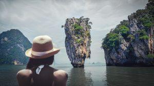 אישה על רקע אי בתאילנד